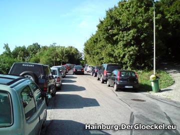 Die zweispurige Braunsbergstraße - verparkt so weit das Auge reicht