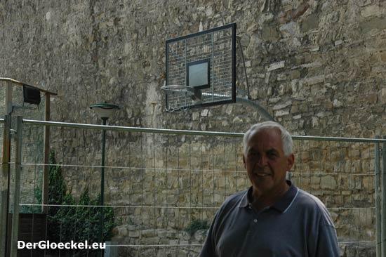 Vizebürgermeister Paul Pagacs (BLH) vor der errichteten aber nicht ausreichenden Abgrenzung am Streetballplatz