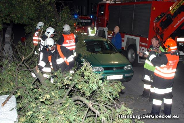 Die Folgen des Sturms - Feuerwehr und Polizei im Dauereinsatz