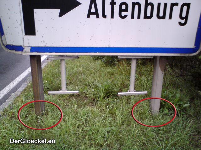 Der Vergleich der Haltekonstruktion mit dem nur einige Meter entfernt positionierten Vorwegweiser