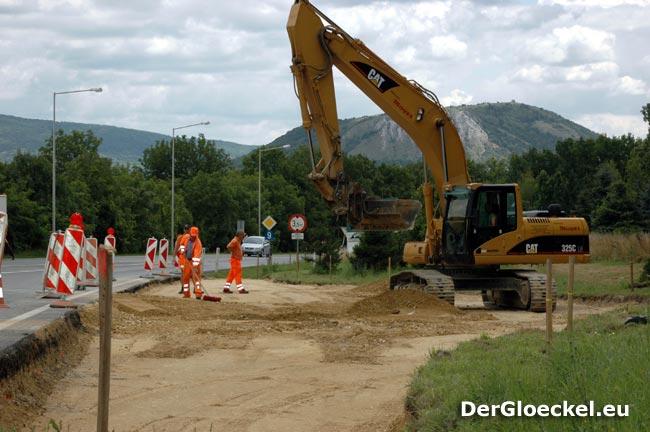 Straßenmeisterei bei den Arbeiten zum Kreisverkehr in Hainburg