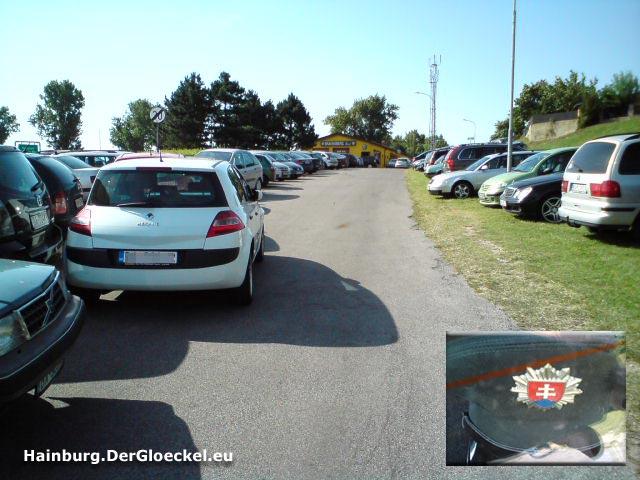 Die Fahrbahn der Braunsbergstrasse ist durch parkende Fahrzeuge blockiert