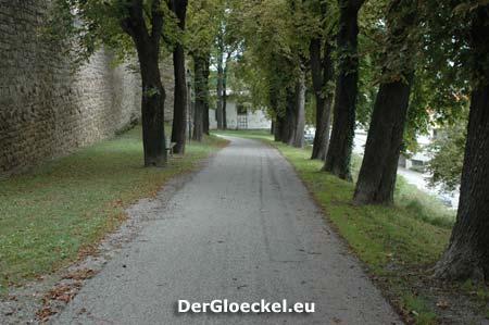 Der Weg parallel zur historischen Stadtmauer der Mittelalterstadt Hainburg an der Donau