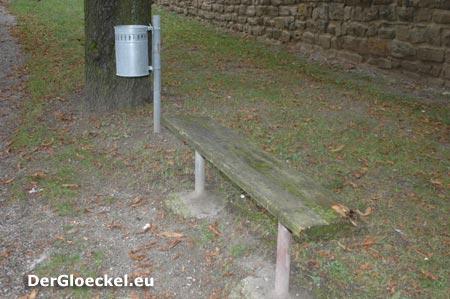 Mistkübel werden laufend geleert aber der Zustand der Parkbänke bleibt unbeachtet ...