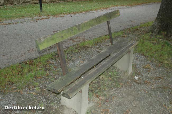 Verfall 2009; Bei allen Bänken sind Mistkübel - bei der zu Meist frequentierten nicht - das Umfeld bestätigt die Notwendigkeit