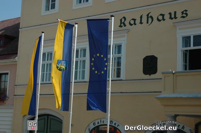 Bereits am 3.9.09 haben wir auf das Fehlen der österreichischen Fahne hingewiesen