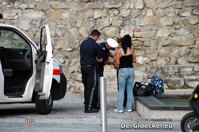 Die Durchsuchung der verdächtigen Frauen durch die Polizeibeamten um 17:12 Uhr beim Ungartor