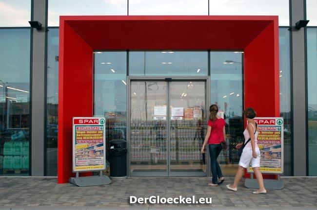 """Nicht alle Kunden beim EUROSPAR """"übersahen"""" die Hinweistafeln über die Marktsperre"""