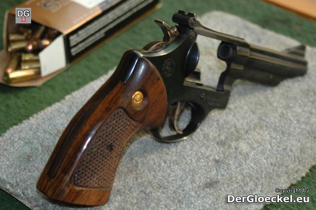 Sicherheit ist oberstes Gebot - der entladene Revolver Kaliber 357er Magnum am Schießstand