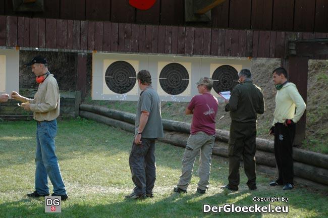 Trefferaufnahme von Schützen und Schießaufsicht beim Bewerb der Kategorie Kurzwaffen - Distanz 11,5m