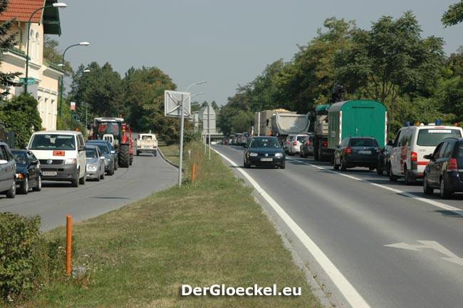 rien ne vas plus - nichts ging mehr - rechts die stehende Fahrzeugkolonne auf der neuen B9 in Richtung Bratislava und Donaubrücke - links die Umleitungsstrecke auf der alten B9 ebenfalls in Richtung Donaubrücke und Wien