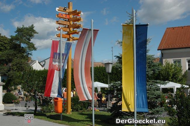 """Die """"richtige"""" Beflaggung vor dem Gemeindeamt Rohrau (NÖ)"""