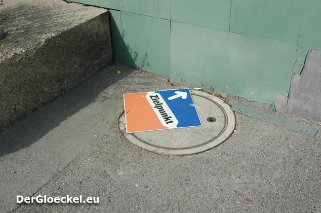 27.8.09: Diese Tafel löste sich schon von dem Holzpflock und liegt 30m entfernt vom Aufstellungsort am Gehsteig der Hummelstraße