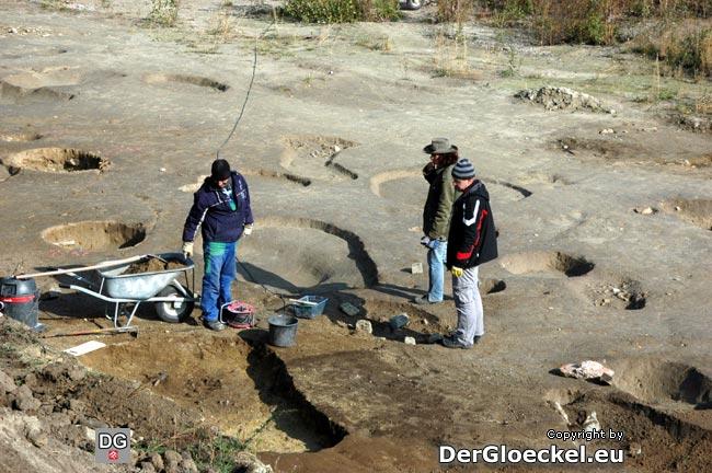 Das wissenschaftliche Team am ehemaligen Truppenübungsplatz bei Grabungen - Herr IGL rechts im Bild