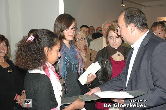 """Der Konzernsprecher der Österreichischen Post AG, Michael HOMOLA bei der Überreichung der """"persönlichen Briefmarken"""", die aus allen präsentierten Exponaten für deren Künstler gemacht wurden"""