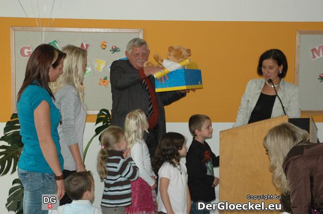 LR Mikl-Leitner brachte ein Geschenk, das Bgm. Kindl reicht und den Kindern übergeben wurde