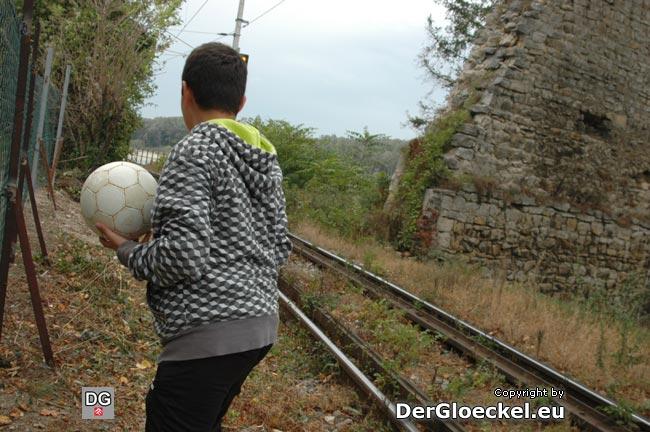 Während unseres Lokalaugenscheins geschah dann trotz neuem Zaunes das ortsbekannte Ereignis: der Ball flog auf die Bahngleise. Wir versuchten aufklärend zu wirken - VizeBgm. Pagacs will nun ein Zusatznetz errichten lassen