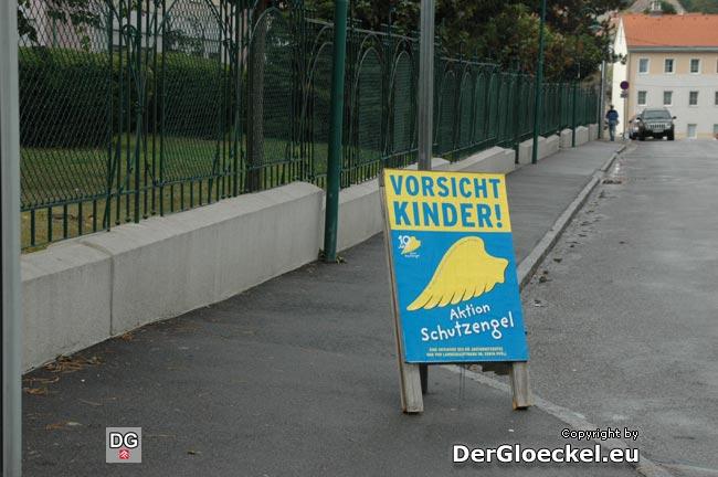 Hauptschule Hainburg/D.: dieser Gehsteig ist von Haus aus schon als schmal zu bezeichnen (Breite 164cm). Hunderte Schüler dürfen täglich auch diesem Plakatständer ausweichen, da darf es dann auch nicht verwundern, daß er mehrmals umgeworfen angetroffen wurde ...