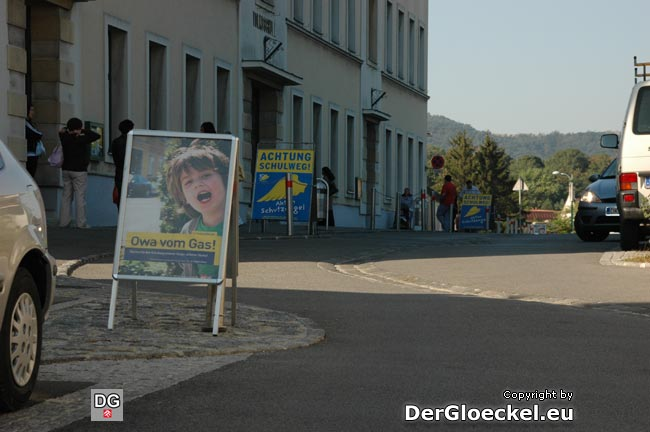 Volksschule in Hainburg: vier aufgefädelte Plakate, größer als manche Taferlklassler - SPÖ positionierte zusätzlich an einem Straßeneck
