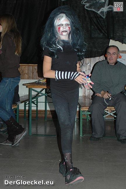 Moderne Zeiten: Eine junge Hexe auf Heelys