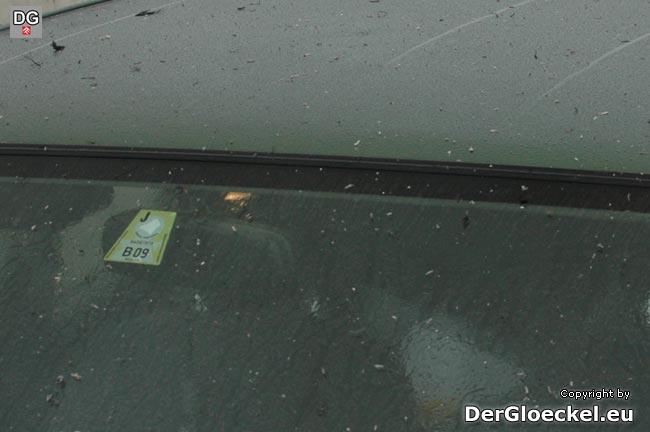 """Innerhalb von 4 Minuten waren diese Ablagerungen auf unserem Fahrzeug festzustellen - solche Verunreinigungen wirken sich auf feucht/nasser Fahrbahn wie """"Schmierseife"""" aus"""