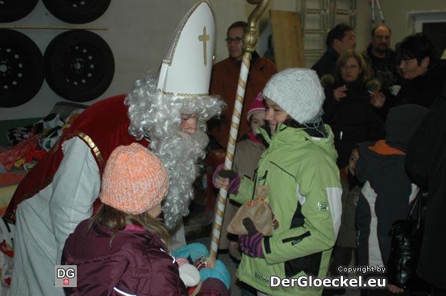 Die Kontinuität eines Privatengagements als Kontrast: seit einigen Jahren bietet Thomas FAULHUBER für Freunde, Bekannte und Nachbarn in der König-Ottokar-Straße in Hainburg ein privates Straßenfest zum Nikolo.
