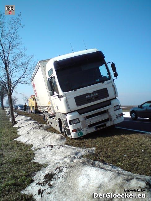 LKW-Räder im Fahrbahnbankett versunken