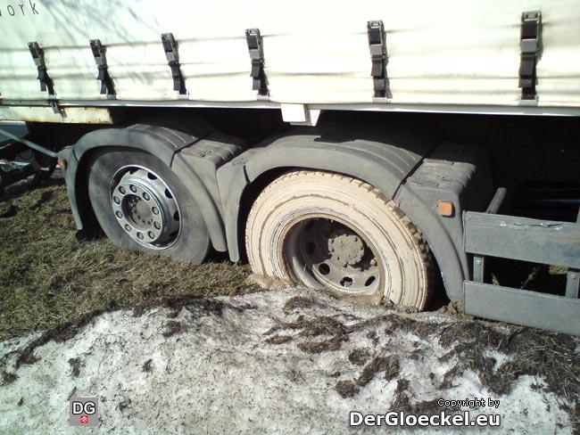 LKW-Räder eingegraben und Achse aufgesessen