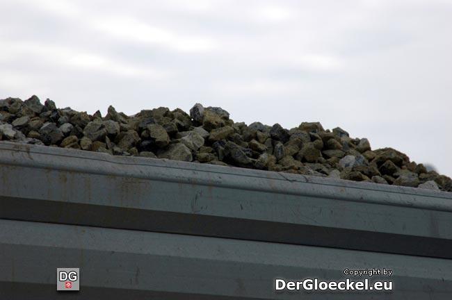 Das Baumaterial wurde über die Höhe der Bordkante des LKW geladen - Aufnahme vom Pausenstandort am Gewerbegebiet von BDA