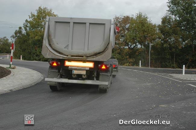 LKW im Kreisverkehr