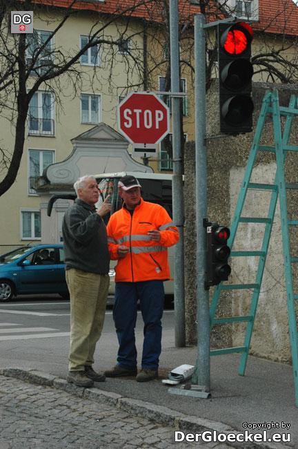 Str. Pagacs bei den Montagearbeiten im Gespräch mit dem Mitarbeiter der Firma Zetsch
