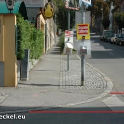 Sichtbehinderung: Ein Fußgänger kann im vorderen Bereich dieses Schutzweges bereits die Fahrbahn betreten haben ohne den Fließverkehr einsehen zu könen