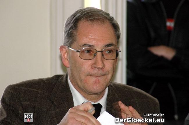 GfGR. Dr. Hans WALLOWITSCH (SPÖ) wirkte etwas zerstreut - zuerst verteilte er nur Stimmzettel an die nominierten Kandidaten