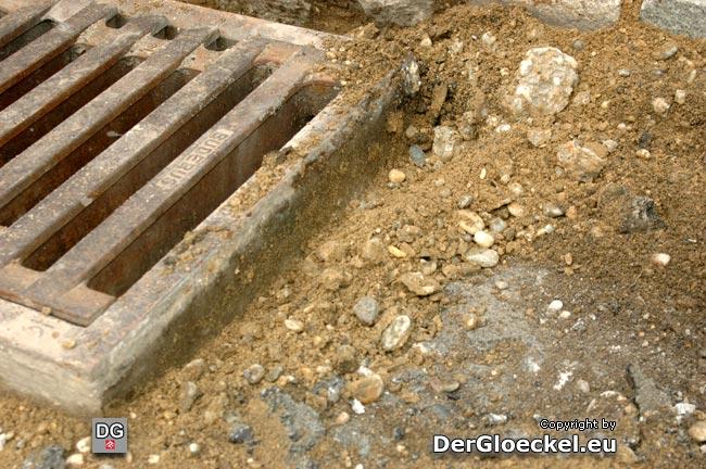Pfuscherei: loser Schotter mit Sand vermischt befand sich unter der 2cm-Asphaltdecke
