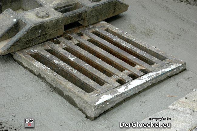 jetzt: ordnungsgemäßer Umschluß des Kanaleinlaufgitters mit Beton