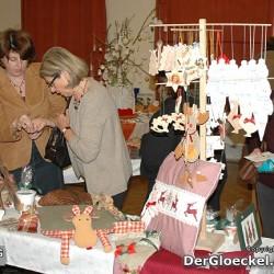 Besucher stöbern in den Angebotes des Adventmarktes