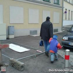 Gefährdung der Schüler - im Gänsemarsch an dem Verkehrshindernis vorbei