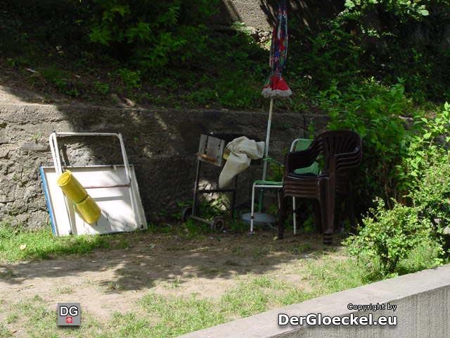 """vereinnahmte Grünflächen - in der """"Hochsaison"""" sind 4 Grillplätze mit über 50 Personen in der Hofanlage keine Seltenheit"""