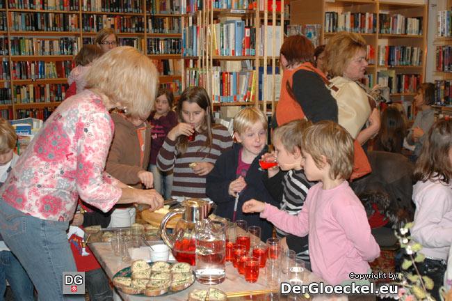 Die ehrenamtliche Mitarbeiterin, Ingrid NIEDERMAYER bewirtete Kinder und wartende Mütter