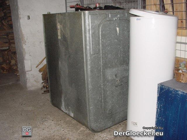 Nach dem Einbau eines Stiegengeländers konnte der Heizöltank nicht mehr abtransportiert werden - Zwischenlagerung gegen feuerpolizeiliche Bestimmungen am Kellergang