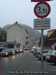 Die seit Jahren existente Fahrverbotstafel an der Kreuzung B9 - Hummelstrasse