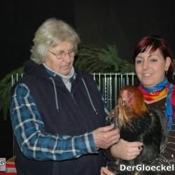Der Obmann, Frau Rosa LESCH li.i.B. mit dem Nachwuchszüchter Tamara SAILER mit einem Brahma Hahn