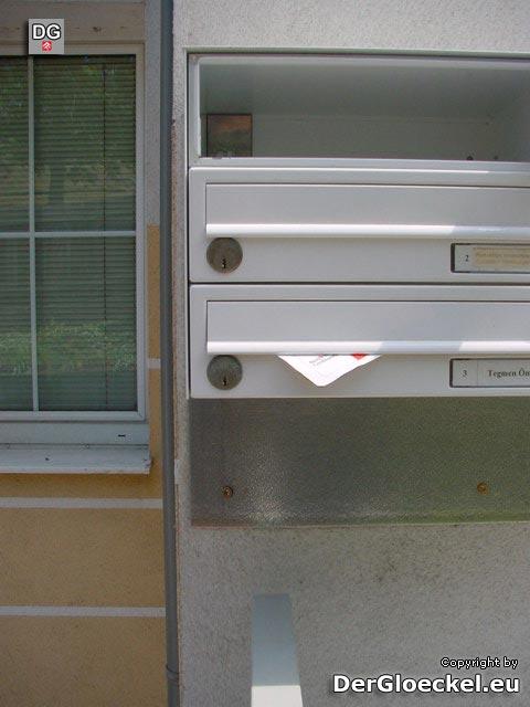 Um diese Postkästen zu Öffnen bedarf es der Geschicklichkeit des Mieters - Schloß und Anschlag auf der falschen Seite