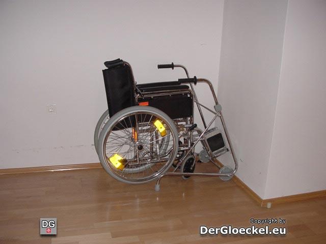 Gehbehelf und Rollstuhl ungenutzt im Zimmer - kein gehbehinderter Bewohner vom 1. Stockwerk kann das Haus verlassen