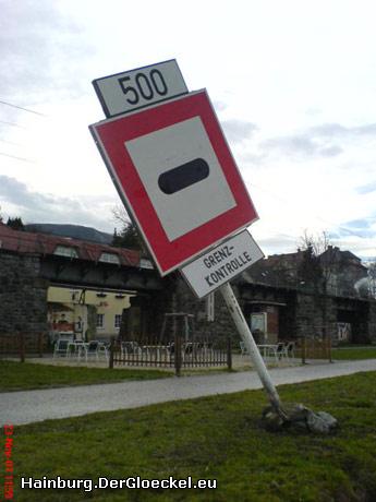 Schiffahrtszeichen weisen auf das Inkrafttreten des Schengen-Abkommens zwischen Österreich und der Slowakei hin