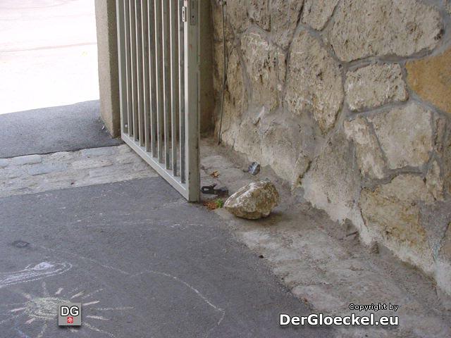 die Tore müssen mittels Steinen fixiert werden, weil Kinder durch Hutschen bereits mehrfach Reparaturarbeiten auslösten - die Eltern kümmert es nicht - viele agieren unbeaufsichtigt - Bälle fliegen fast täglich auf die Straße