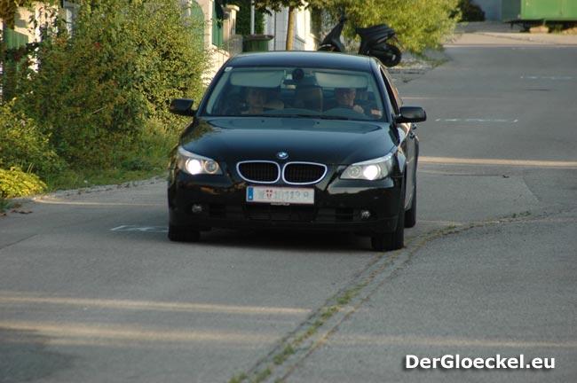 Herr und Frau Fasslabend in einem schwarzen BMW einer ÖVP-Einrichtung an der seit langem das vordere Kennzeichen nicht mehr abzulesen ist