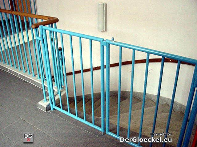 Die zweite Treppe zum Erdgeschoß. Nachdem vergangenen Winter ein Bewohner mit dem Rollstuhl hinabfiel und sich verletzte wurden Gitter angebracht