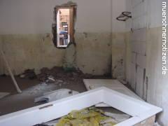 Wasserschäden an der Bausubstanz - Wasserstandslinie im Innenbereich eines Einfamilienhauses