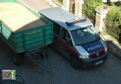 17:12 Uhr - die Polizei fährt an dem Hindernis vorbei